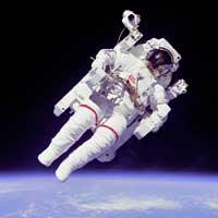 Uzayda uçan halıya binen astronot