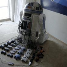 Klasik oyun konsollarıyla dolu bir robot!