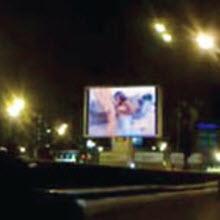 Moskova'da halka açık porno yayını!