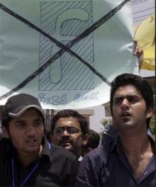 Pakistan Facebook'un yakasını bırakmıyor