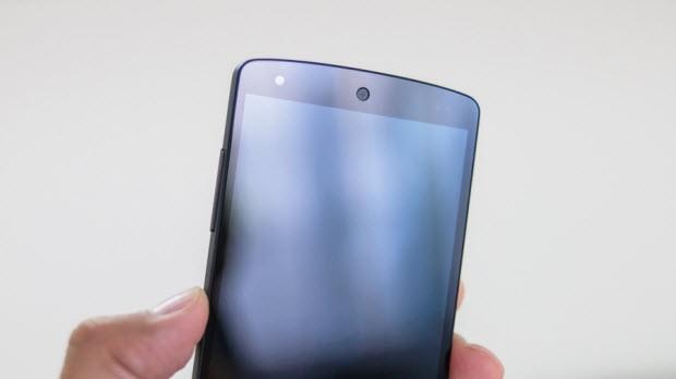 Nexus 5'i elinizde tutmak ve kullanımı