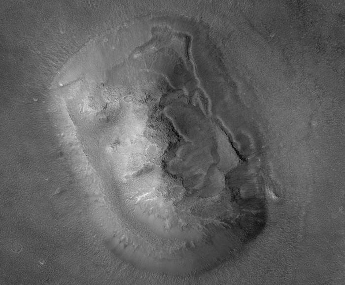 """Mars yüzeyinde """"görünen"""" ilginç cisimler..."""