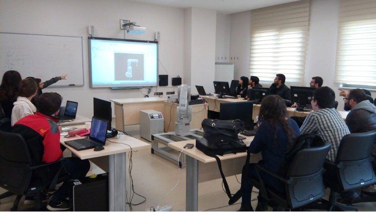 Öğrenciler robot programlamayı öğreniyor