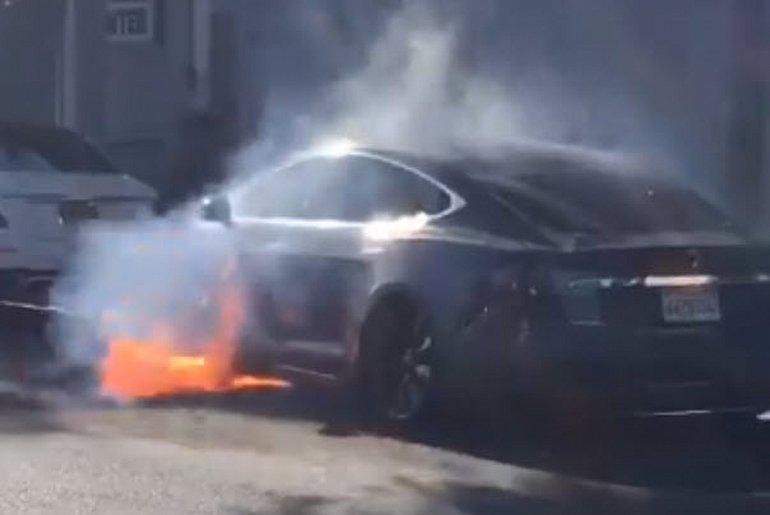 Tesla Model S, Bir Anda Alev Topuna Döndü!